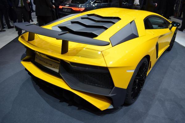 Lamborghini Aventador LP750 SV carbon fiber body